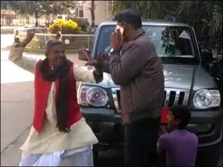गाड़ी से नेमप्लेट हटा रहे DTO को भाजपा नेता ने जड़ा मुक्का, वीडियो वायरल