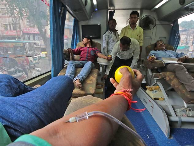 यहां रक्त दान कर व्यापारियों ने किया जीएसटी का विरोध