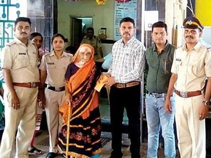 बीएमसी ने किया इस महिला को 'बेघर', पुलिसवालों ने मिलकर की ऐसी मदद