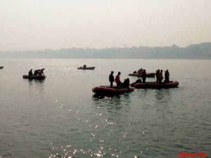 मऊ : घाघरा नदी में डूबी नाव, 15 लोग लापता