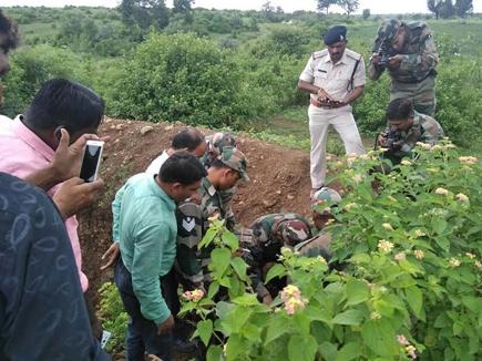 बच्चों की जान बचाने को बम लेकर आधा किमी दौड़ा पुलिसकर्मी