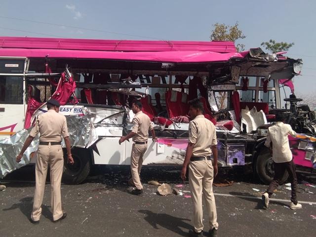बुरहानपुर के पास ट्रॉले ने बस को मारी टक्कर, तीन की मौत, 15 घायल