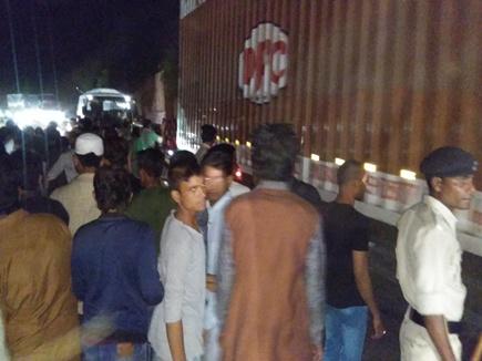 इंदौर-इच्छापुर हाइवे पर ट्राॅले की टक्कर से बाइक सवार तीन लाेगों की मौत