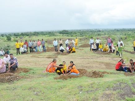 बुरहानपुर जिले में चट्टानी जमीन पर लगाए 1100 पौधे, पहाड़ी को करेंगे हराभरा
