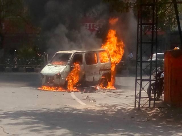 Indore Car Fire : MY अस्पताल के बाहर कार में अचानक लगी आग, देखें VIDEO