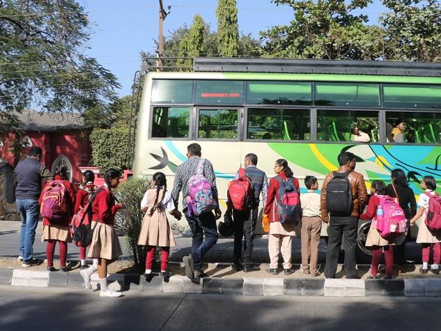 इंदौर : नहीं पहुंचे ऑटो वाले, स्कूलों के बाहर अभिभावकों की भीड़
