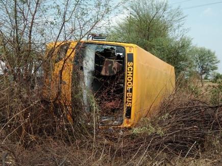 भोपाल जा रही 23 बच्चों से भरी स्कूल बस पलटी, दो शिक्षिका व दो छात्राएं घायल