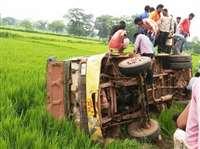 धमतरी में अनियंत्रित बस पलटी, कई यात्री घायल