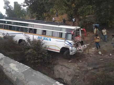रायगढ़ के पास ट्रेलर को टक्कर मारकर नदी में गिरी बस, 35 यात्री घायल