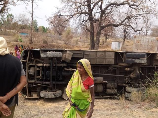 Umaria Accident : मसीरा घाट पर पलटी बस, बाल-बाल बचे यात्री