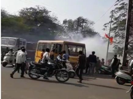वीडियो : मंदसौर में स्कूली बच्चों को ले जा रही बस में निकला धुआं, हड़कंप
