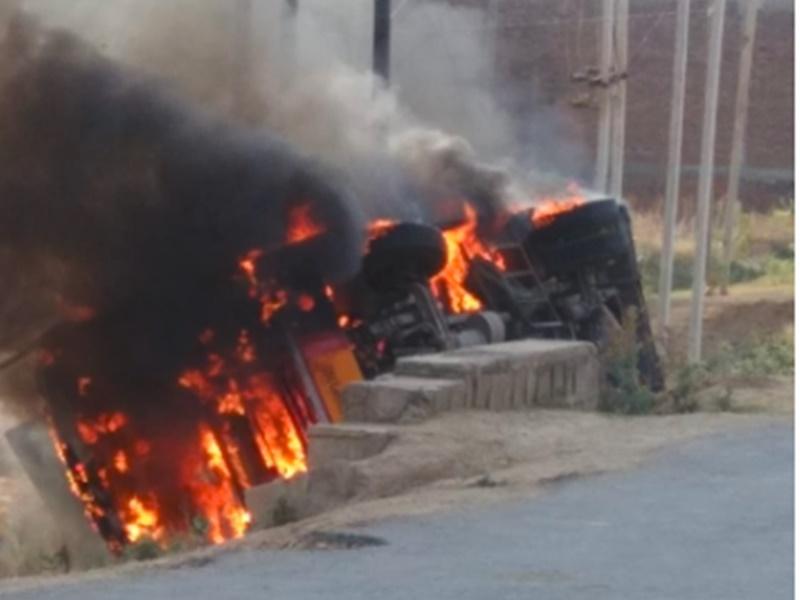 Bhind Bus Accident VIDEO : ग्वालियर जा रही तेज रफ्तार बस पलटी, गुस्साए लोगों ने आग लगा दी