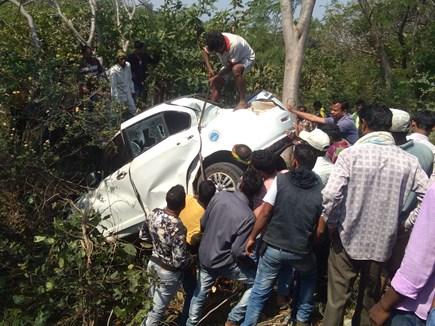 कांकेर में पेड़ से टकराई कार, 5 लोग हुए घायल