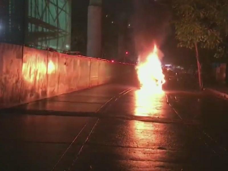 मुंबई में चलती कार में लगी आग, गाड़ी में सवार थे 4 लोग