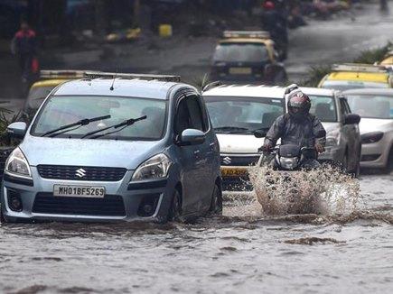 बारिश से सड़कों पर भरा पानी, जानिए इसमें आपकी कार कैसे रहेगी सुरक्षित