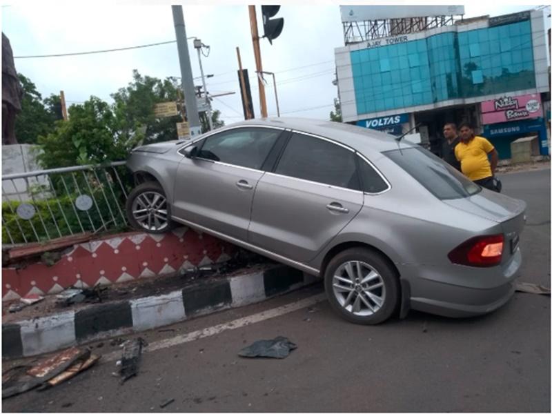 Bhopal News : तेज रफ्तार कार बेकाबू होकर रोटरी में घुसी, देखें तस्वीरें