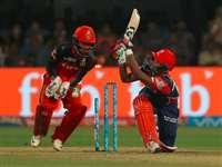 तस्वीरों में देखिए आरसीबी और दिल्ली के बीच मैच का रोमांच
