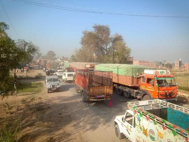Bhind : रात में चंबल पुल पर वाहनों की चेकिंग, 15 घंटे तक हाईवे पर फंसे हजारों वाहन