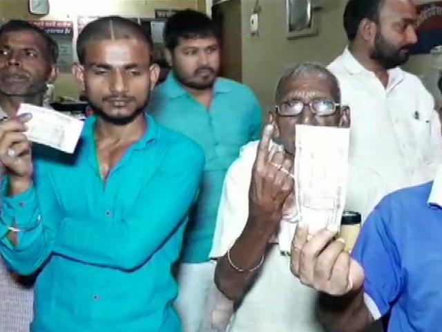 UP Lok Sabha Election: चंदौली में लोगों ने लगाया जबरन स्याही लगाने का आरोप, मचा बवाल