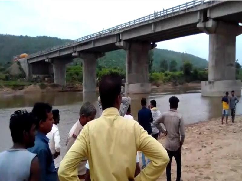 अस्थि विसर्जन करने गए एक ही परिवार के 3 लोग नदी में बहे, रेस्क्यू ऑपरेशन जारी