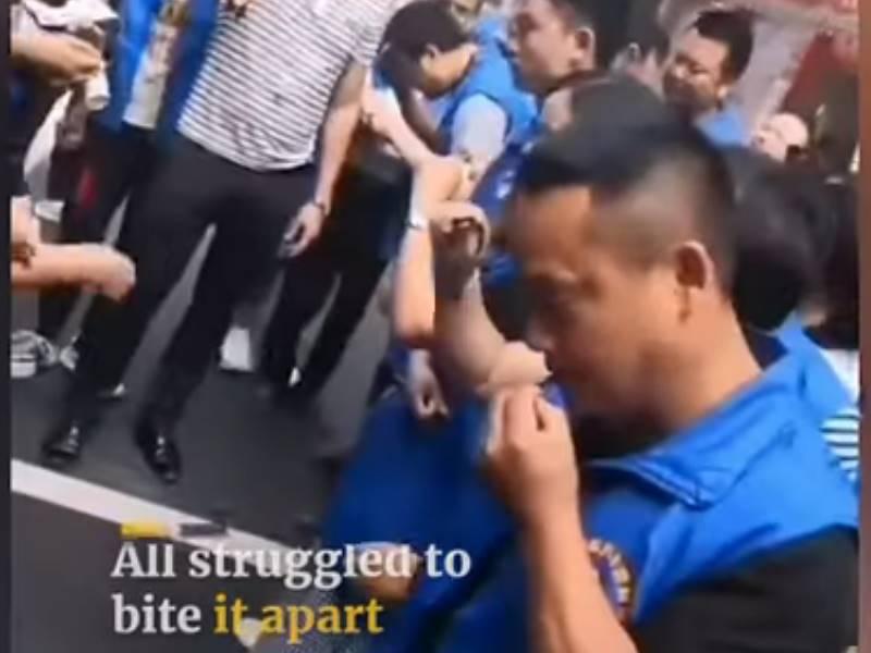 Video : टारगेट पूरा नहीं कर पाने वाले दुकानदारों को जिंदा मछली खाने पर किया गया मजबूर