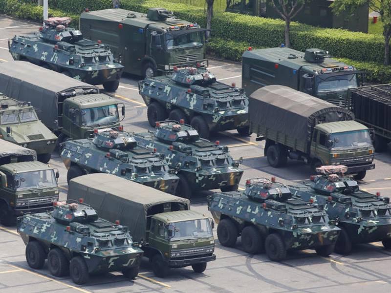 हांग कांग की सीमा पर बख्तरबंद वाहनों के साथ हजारों की तादात में पहुंचे चीनी सैनिक