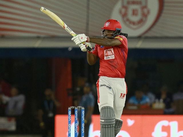 IPL 2019 : गेल ने मारा ऐसा छक्का, स्टेडियम के बाहर निकल गई गेंद