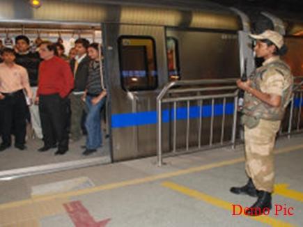 नशे में धुत महिला को नहीं चढ़ने दिया मेट्रो में, सीआईएसएफ ने पहुंचाया घर