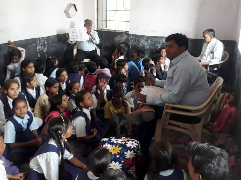 एक कमरे में पढ़ रहे पहली से पांचवी कक्षा तक के 70 विद्यार्थी