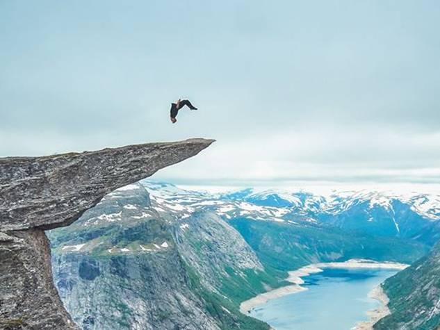 700 मीटर ऊंची चोटी पर ब्रिट ने मारा बैक फ्लिप