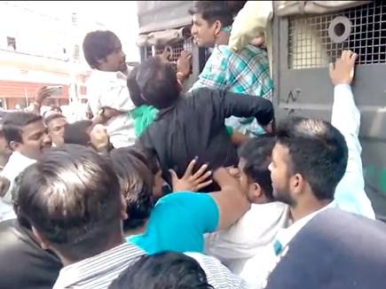 प्रधानमंत्री का विरोध कर रहे कांग्रेसी राजवाड़ा से गिरफ्तार