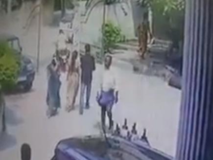चेकअप कराकर लौट रही प्रेग्नेंट पत्नी के सामने कर दी पति की हत्या