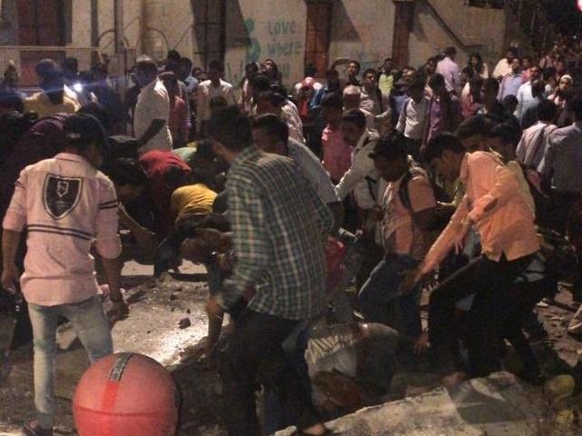 CST Bridge Collapse : मुंबई हादसे में 6 की मौत, महाराष्ट्र सरकार ने रेलवे और BMC अधिकारियों खिलाफ दर्ज कराई FIR