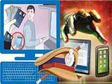 ग्रामीणों को साइबर क्राइम से बचने के उपाय बता रही पुलिस