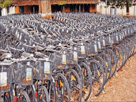 बच्चों को देने के लिए लाई गई 900 साइकिलें खुले में रखने से बन गई कबाड़