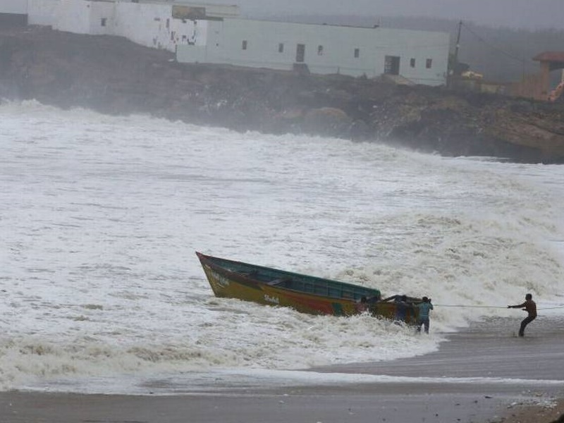 Cyclone Vayu: गुजरात से टला खतरा, चक्रवात अब ओमान की तरफ बढ़ा, सौराष्ट्र में बारिश का अलर्ट