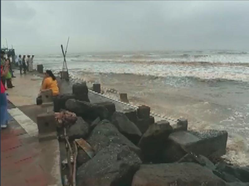 Cyclone Vayu Live Updates: नहीं टला 'वायु' तूफान का खतरा, रेलवे ने रद्द की 70 से ज्यादा ट्रेनें