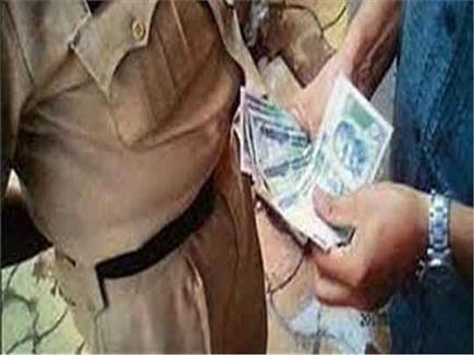 लोकायुक्त पुलिस ने डबरा में उपयंत्री को रिश्वत लेते हुए पकड़ा