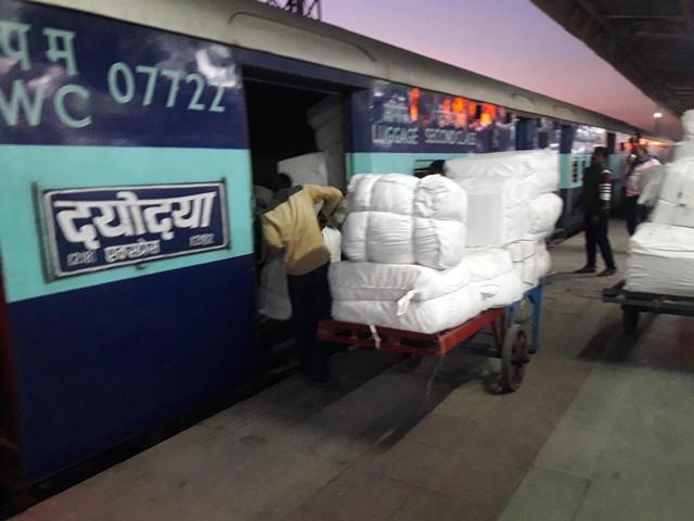 अतिरिक्त कोच के लिए एक घंटे तक प्लेटफार्म पर खड़ी रही Dayodaya Express