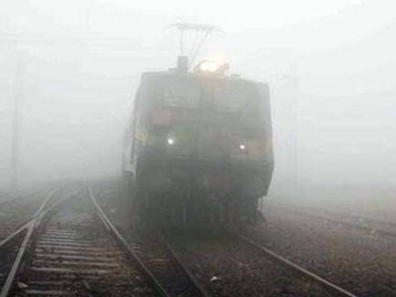 Delhi: कोहरे की वजह से कई ट्रेनें लेट, विजिबिलिटी हुई कम