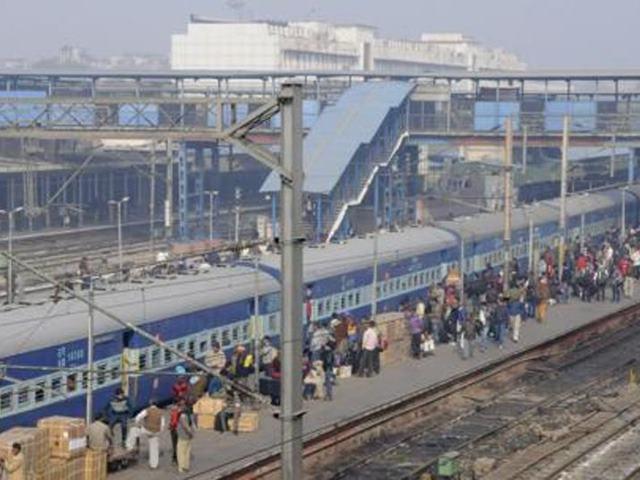 बहुत खराब है दिल्ली के इन स्टेशनों की हालत, बैग स्कैनर तो दूर की बात यहां नहीं है बाउंड्री वॉल