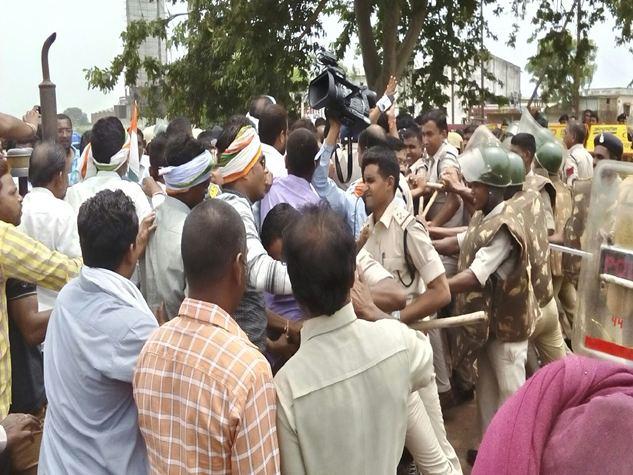 गंगरेल बांध से पानी छोड़ने की मांग को लेकर किसान आंदोलन