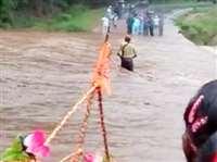 VIDEO : धमतरी में युवक नदी में बहा, 7 किलोमीटर बाद मिला इस हालत में
