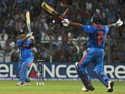 ...और धोनी के इस छक्के के साथ ही टीम इंडिया 28 साल बनी थी विश्व विजेता
