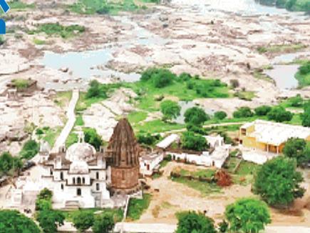 मंदिर के पट खुलने से पहले ही शिवलिंग पर चढ़ा मिलता है जल