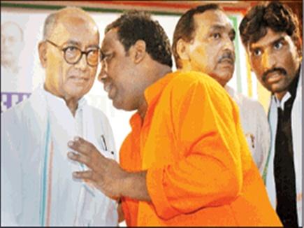 दिग्विजय सिंह ने 3 घंटे तक खड़े रहकर 'कान' में सुनी हर एक नेता की शिकवा-शिकायत