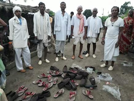 मप्र में कांग्रेस ने आदिवासियों में बांटे जूते-चप्पल, सरकार पर लगाए ये आरोप