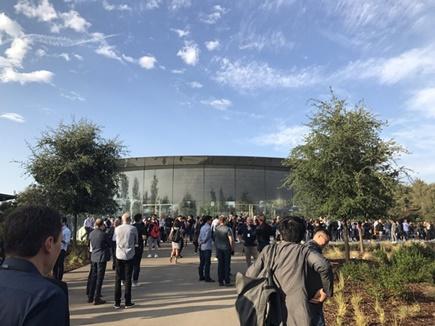 ऐपल आईफोन 8 हुआ लॉन्च, इवेंट में उमड़े लोग
