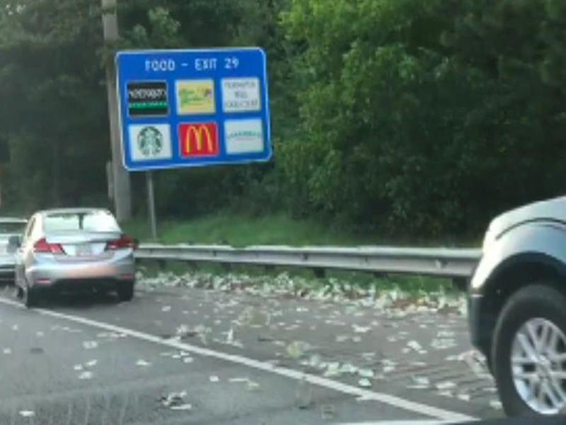 Video Viral: इस हाईवे पर अचानक उड़ने लगे लाखों डॉलर, लोग अपनी गाड़ियां रोककर बटोरने लगे