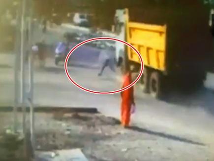 VIDEO: गोधरा में डंपर ने राह चलते शख्स को मारी टक्कर, बच गई जान